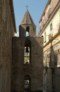 Il campanile medievale della Chiesa di San Pietro a Corte, nel rione Barbuti
