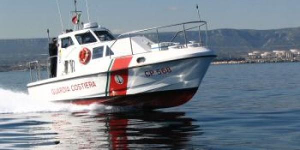 Costiera, urtano uno scoglio e la barca affonda: salvate 22 persone