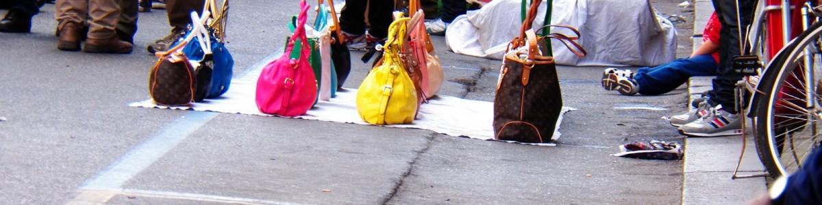 Salerno ostaggio dei venditori abusivi: ecco il danno calcolato