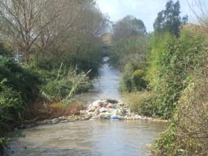 rifiuti-nel-fiume-Sarno-radiobussola