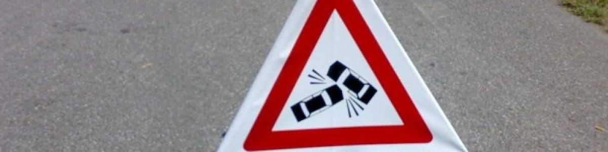 Spaventoso incidente all'alba: auto si ribalta, illesi quattro giovani