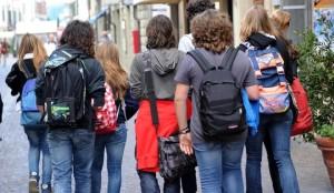 WCENTER 0XNDBDQENF                Studenti all'uscita di scuola a Pisa, in una foto d'archivio dell'8 maggio 2012. ANSA / FRANCO SILVI