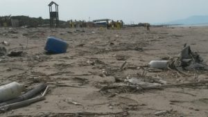 rifiuti in spiaggia sabbia