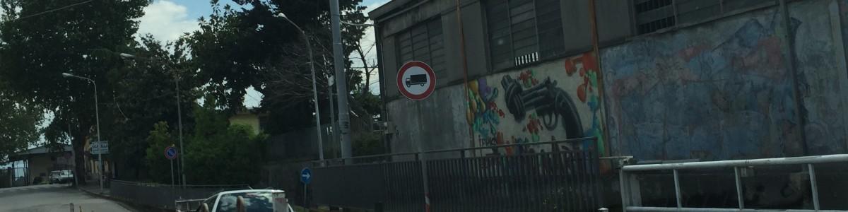 Shock a Pontecagnano, tenta di rapinare l'auto e sfonda il parabrezza con un bastone: automobilista ferito