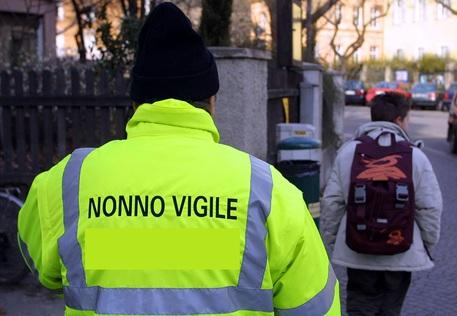 """20011212 - BOLZANO - CRO .  """" Nonno Vigile  """"  - iniziativa del comune di Bolzano da circa due anni -d'ausilio per i bambini nell'attraversamento  di passaggi pedonali . Sono in organico novanta e quotidianamente vigilano settanta  """"  aree nevralgiche  """"   in prossimita' di scuole . ALESSANDRO BIANCHI / ANSA /JI"""