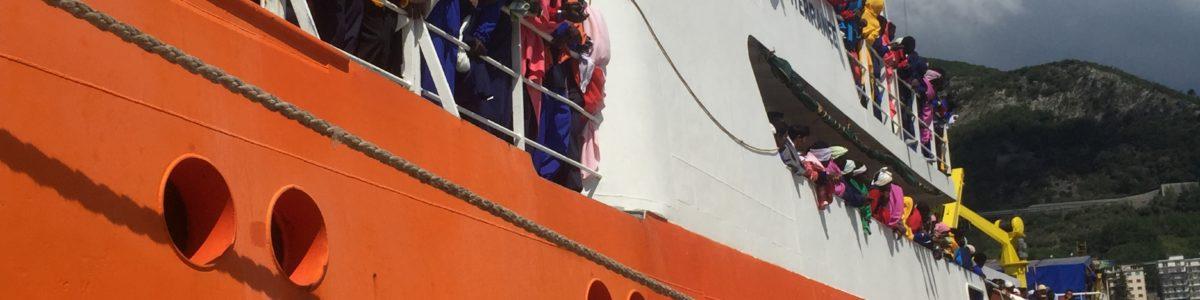 """Salerno, sbarcati i 1.004 migranti. Il sindaco: """"Li accogliamo con amicizia ma rispettino le nostre leggi"""""""