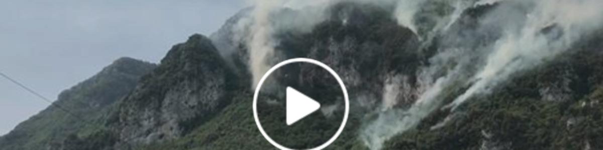 Incendio sta distruggendo montagna: il sindaco lancia un appello social – VIDEO