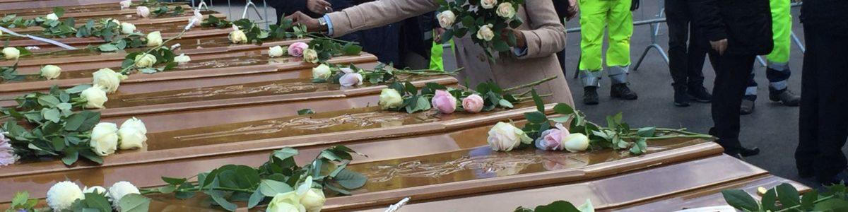 Il dolore di Salerno, lutto cittadino nel giorno dei funerali dei migranti